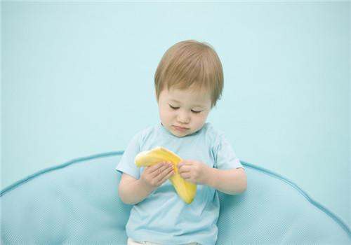 小孩哭闹不止,应该拿好吃的来安慰吗?