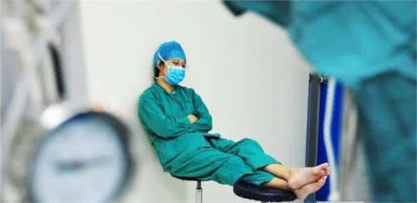 1,医生的职业很稳定,但医生很累很苦,从学校一毕业就要值夜班,一直到5